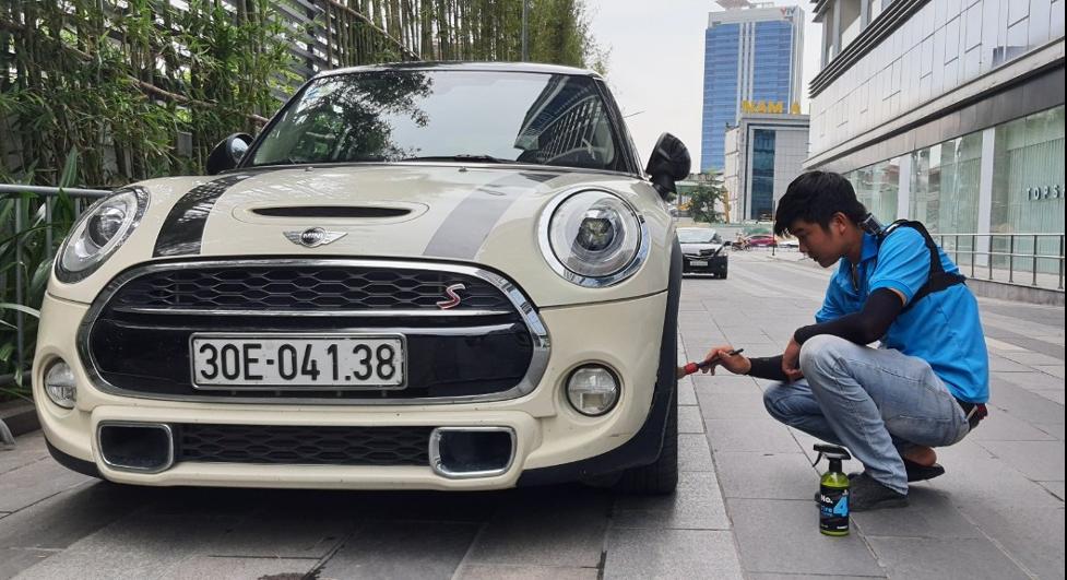 Một chuyên viên của Carrect đang chăm sóc xe cho khách hàng.