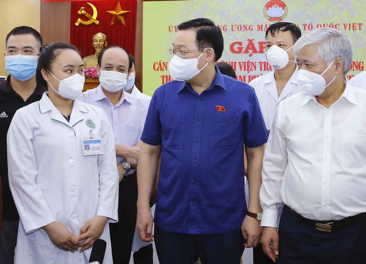 Chủ tịch Quốc hội Vương Đình Huệ trò chuyện với đại diện y bác sĩ 22 bệnh viện Trung ương chuẩn bị lên đường vào TP HCM và các tỉnh phía Nam chống dịch, chiều 4/8. Ảnh: Hoàng Phong