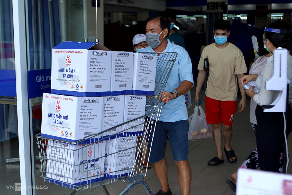 Người dân đi siêu thị trước khi TP Nha Trang đóng chợ truyền thống, hôm 24/7. Ảnh: Xuân Ngọc.