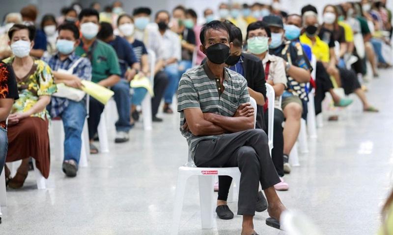 Người dân xếp hàng chờ tiêm phòng vaccine Covid-19 tại Bangkok, Thái Lan hôm 26/7. Ảnh: Reuters.