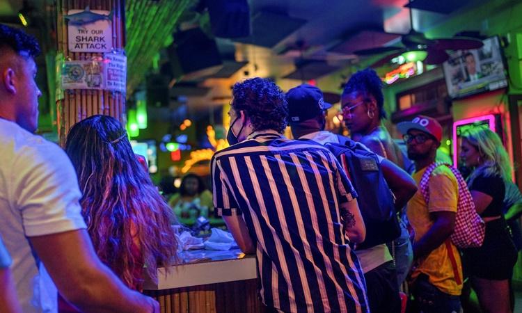 Những người trẻ tụ tập tại một quán bar ở New Orleans hồi cuối tuần trước khi số ca Covid-19 đang gia tăng ở Louisiana. Ảnh: Reuters.