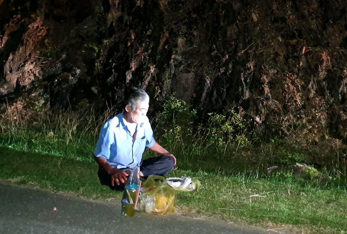 Người đàn ông về quê tránh dịch ngất xỉu bên đường