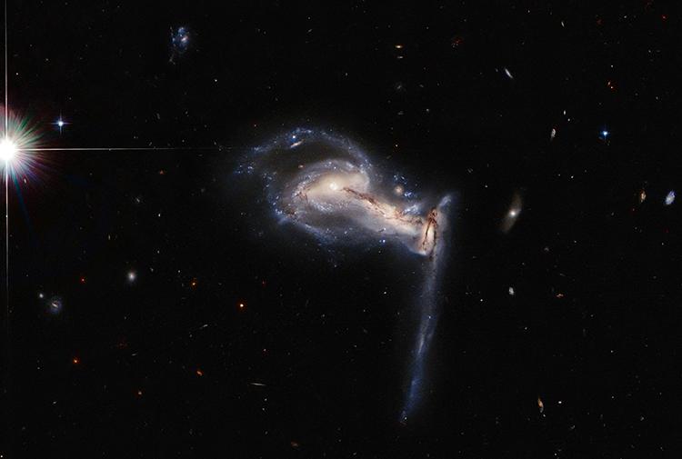 Hubble chụp toàn cảnh hệ thống thiên hà va chạm Arp 195. Ảnh: ESA/NASA.