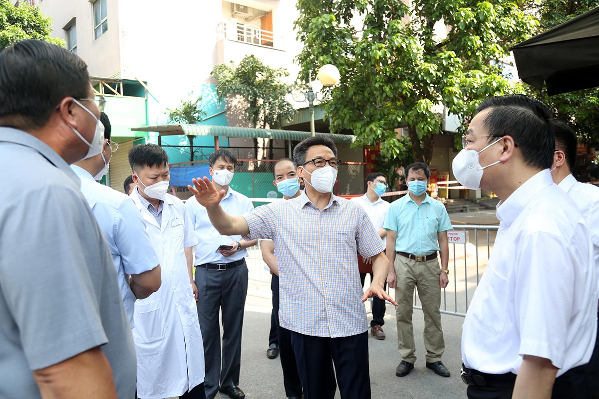 Phó thủ tướng Vũ Đức Đam và lãnh đạo TP Hà Nội kiểm tra công tác chống dịch trên địa bàn thành phố, sáng 4/8. Ảnh: VGP