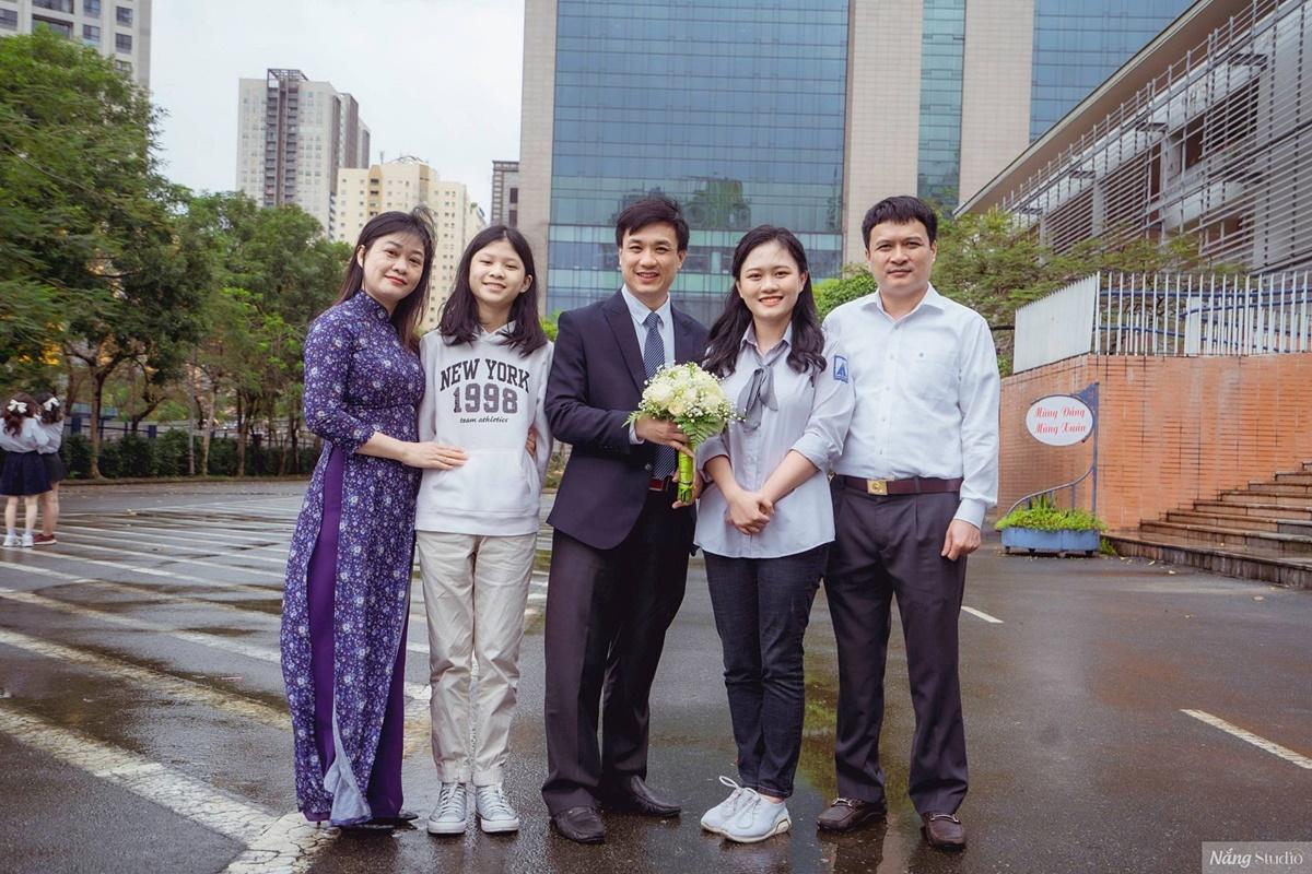 Thảo Anh cùng gia đình và thầy chủ nhiệm Nguyễn Hồng Hải. Ảnh: Nhân vật cung cấp