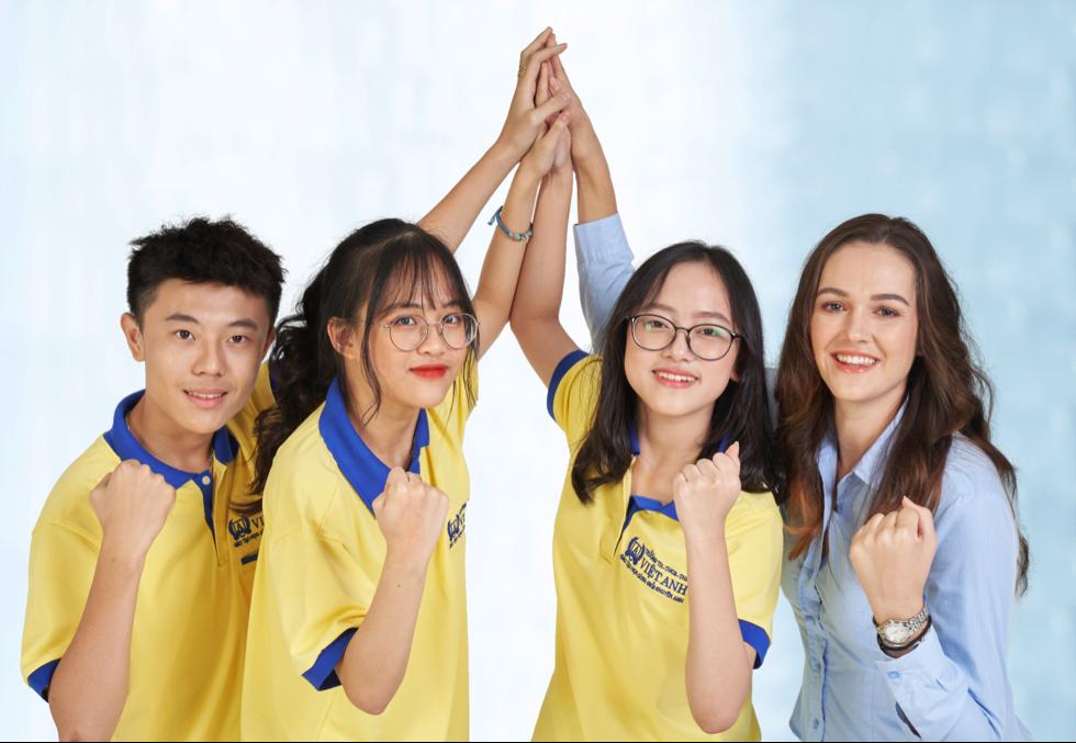 Học sinh và giáo viên Trường liên cấp Việt Anh (TP HCM).