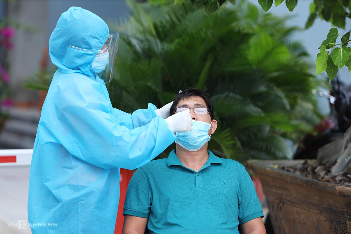 Nhân viên y tế lấy mẫu xét nghiệm Covid-19 trong khu dân cư ở phường Vĩnh Trường, TP Nha Trang. Ảnh: Xuân Ngọc.