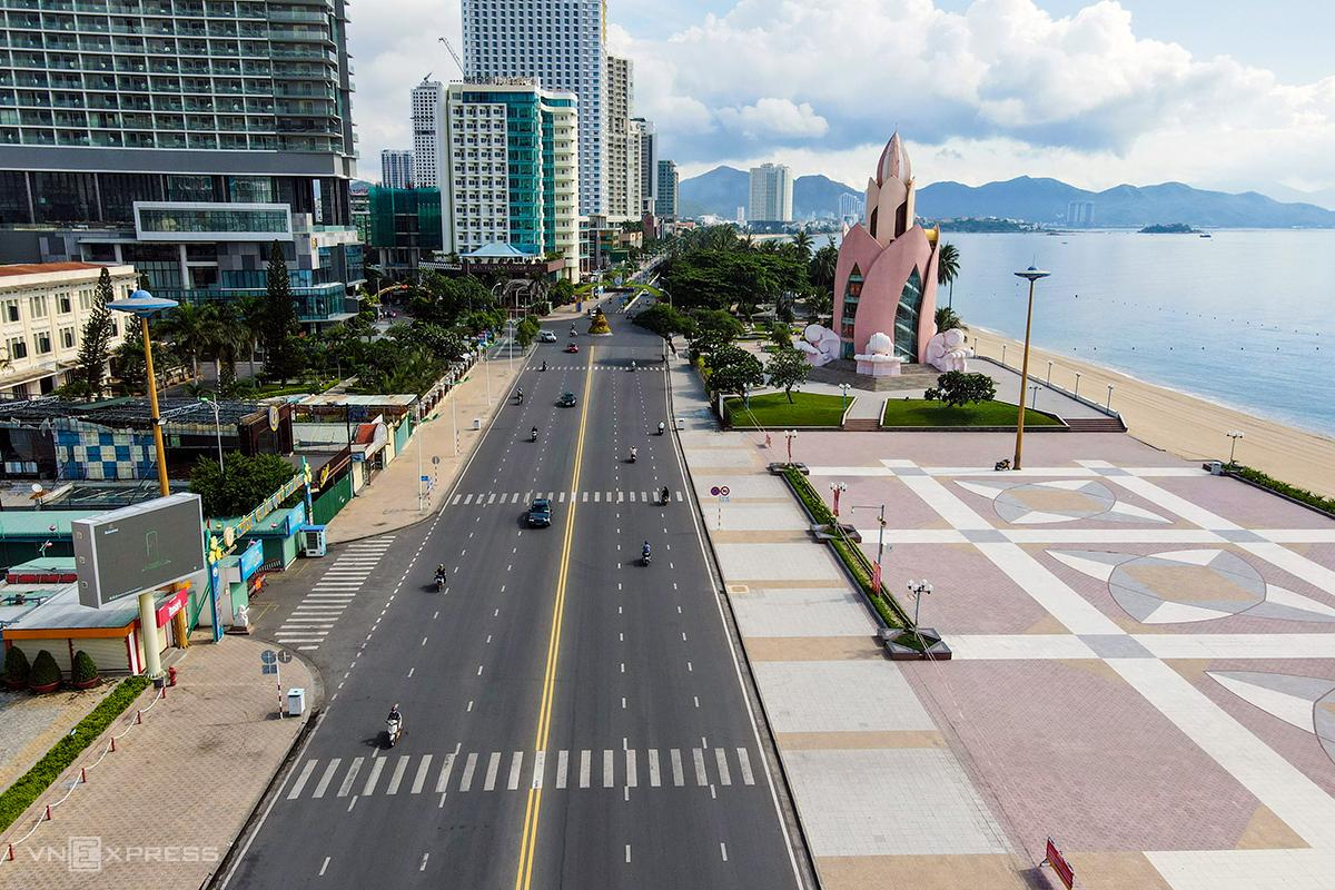 Đường Trần Phú nằm sát biển TP Nha Trang nhìn trên cao trong thời gian giãn cách xã hội, hồi tháng 7. Ảnh: Vĩnh Thành.