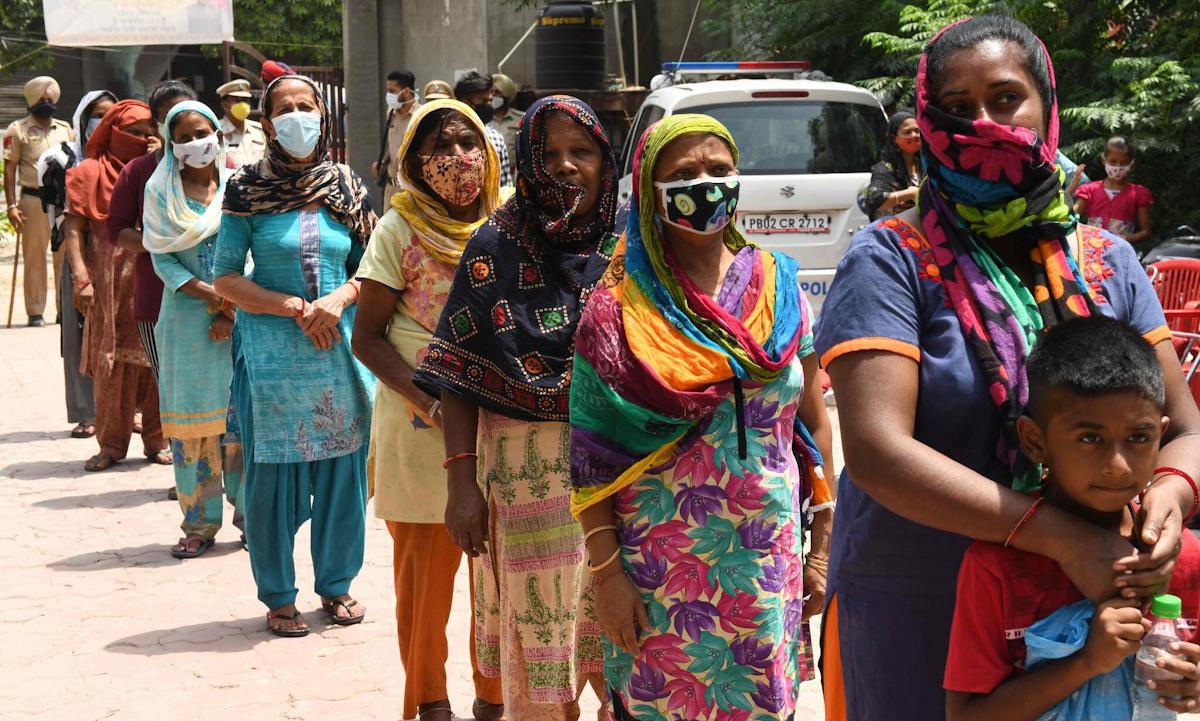 Người dân xếp hàng lấy hàng tạp hóa tại thành phố Amritsar, bang Punjab hồi cuối tháng 5. Ảnh: AFP.