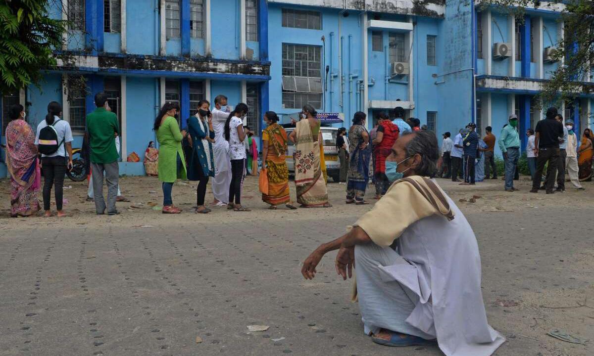 Người dân Ấn Độ xếp hàng chờ tiêm chủng bên ngoài Bệnh viện Đại học Y North Bengal, ngoại ô thành phố Siliguri, bang Tây Bengal hồi tháng 5. Ảnh: AFP.