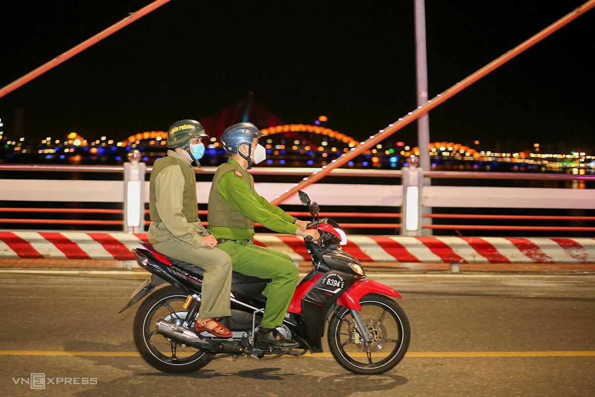 Tổ 8394 công an phường Hải Châu 1, quận Hải Châu, tuần tra trên cầu quay sông Hàn, tối 4/8. Ảnh: Nguyễn Đông.