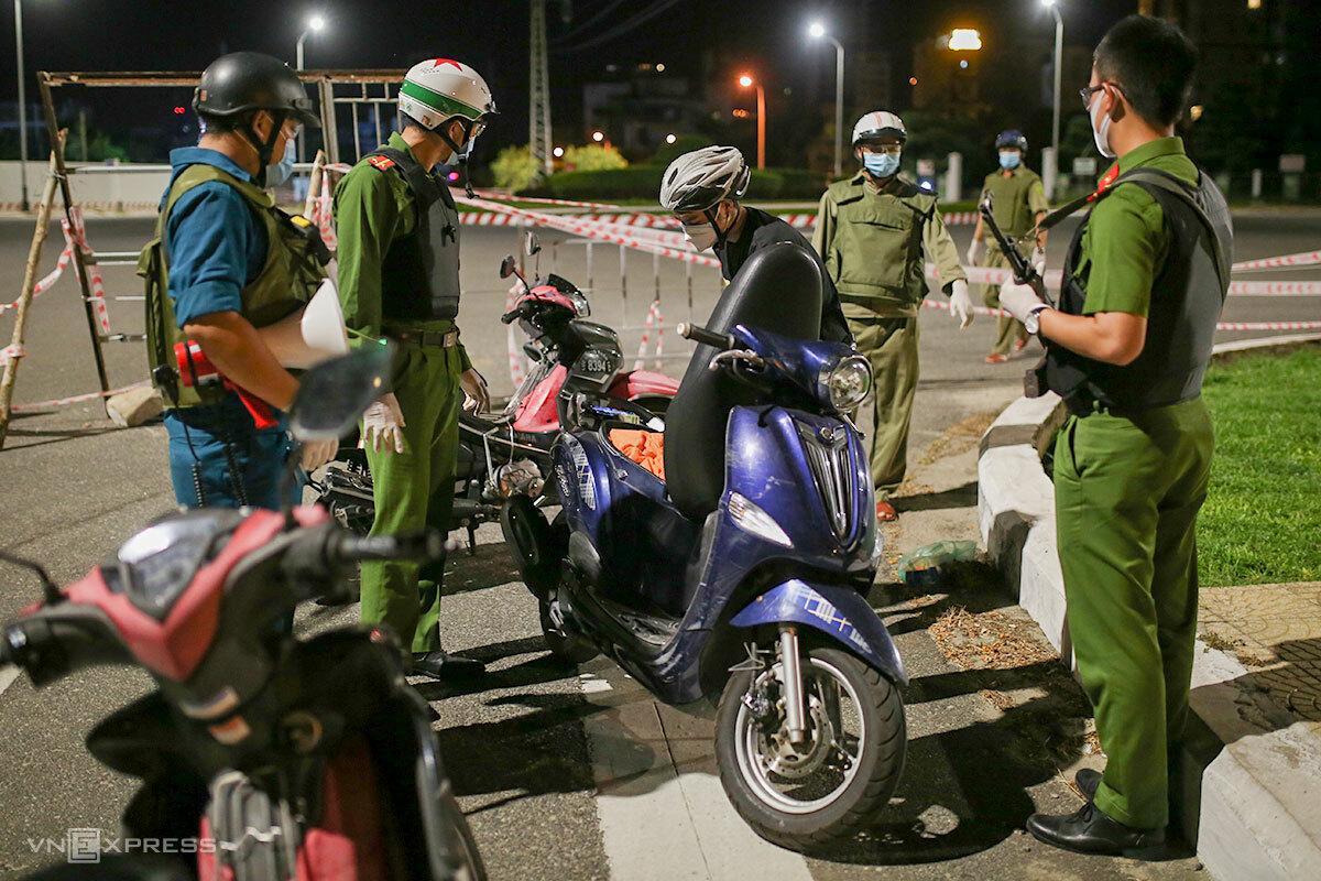 Một nam thanh niên được tổ tuần tra yêu cầu kiểm tra toàn bộ phương tiện, lúc 23h40 tối 4/8. Ảnh: Nguyễn Đông.