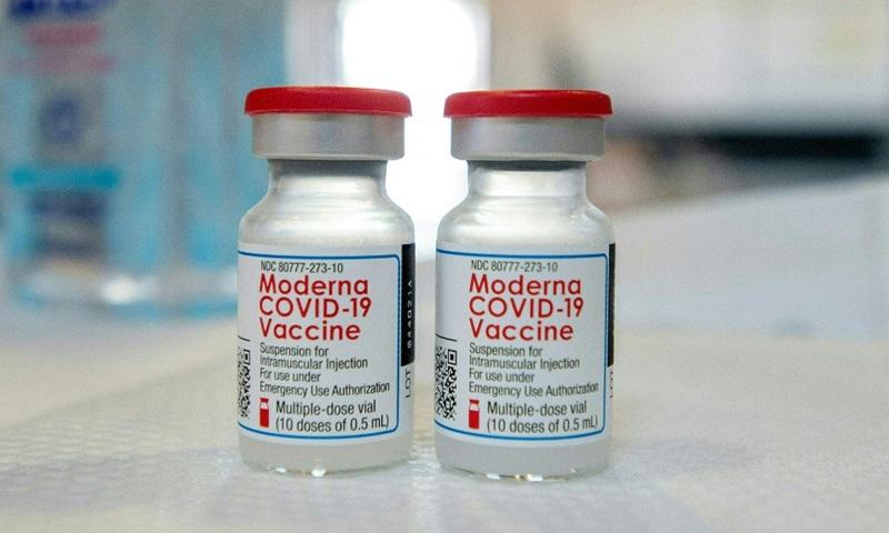 Hai lọ vaccine Covid-19 của Moderna tại một điểm tiêm chủng ở bang Connecticut, Mỹ hồi tháng 4. Ảnh: AFP.