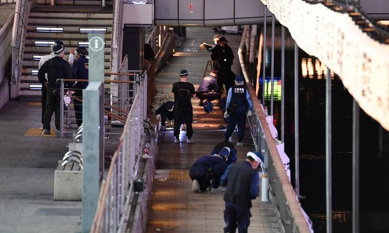 Cảnh sát Osaka thu thập chứng cứ tại hiện trường vụ án tối 2/8. Ảnh: Mainichi.
