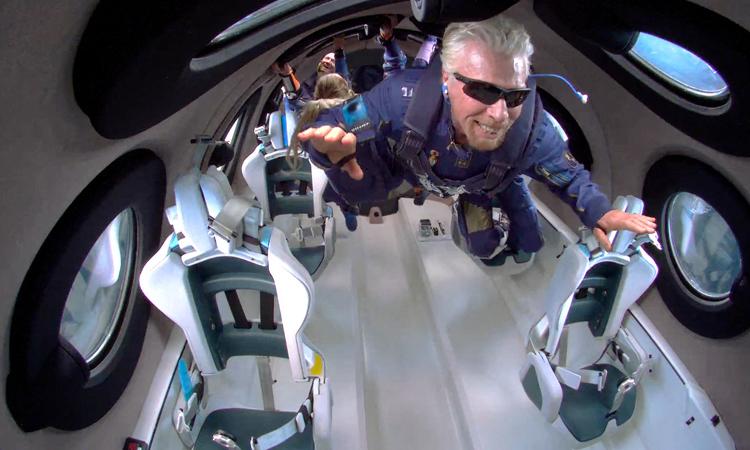 Tỷ phú Richard Branson trải nghiệm trạng thái không trọng lượng trong chuyến bay hôm 11/7. Ảnh: Virgin Galactic.