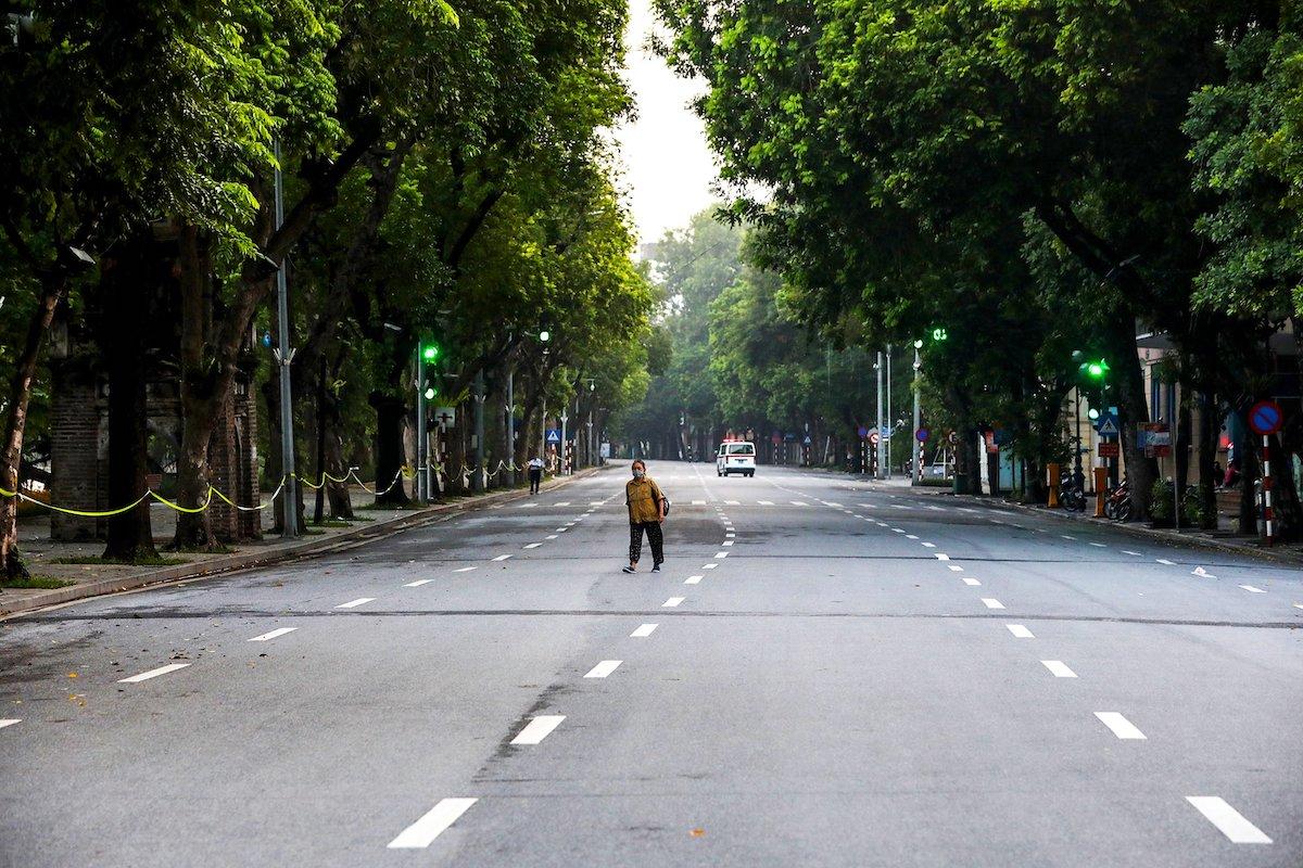 Đường phố quanh Hồ Gươm (sáng 24/7) vắng vẻ khi thành phố giãn cách xã hội. Ảnh: Giang Huy