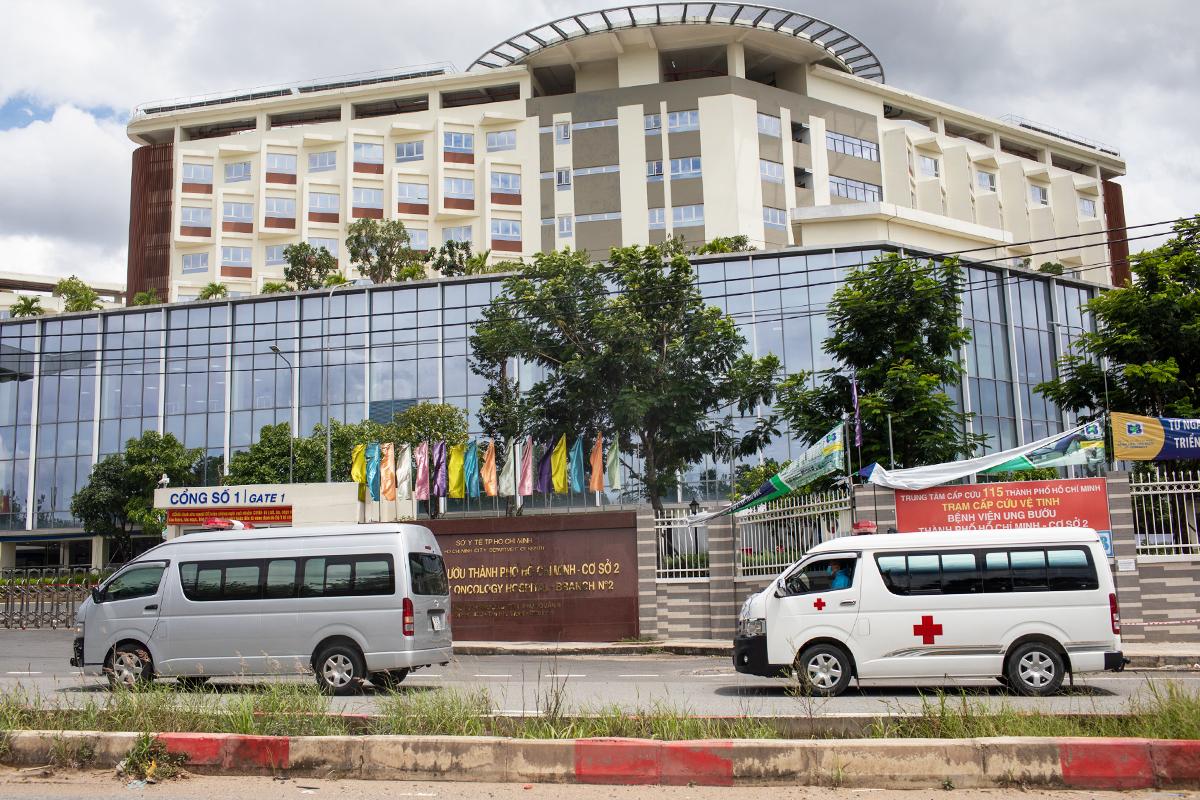 Xe cấp cứu chở bệnh nhân nặng tại Bệnh viện hồi sức Covid-19 TP HCM. Ảnh: Thành Nguyễn.