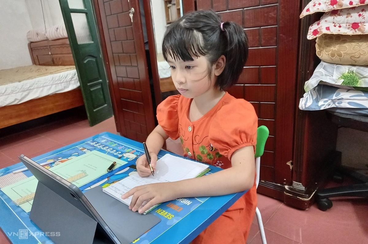 Học sinh lớp 2 tại Hà Nội hoàn thành bài thi trực tuyến ngày 6/8. Ảnh: Thanh Hằng