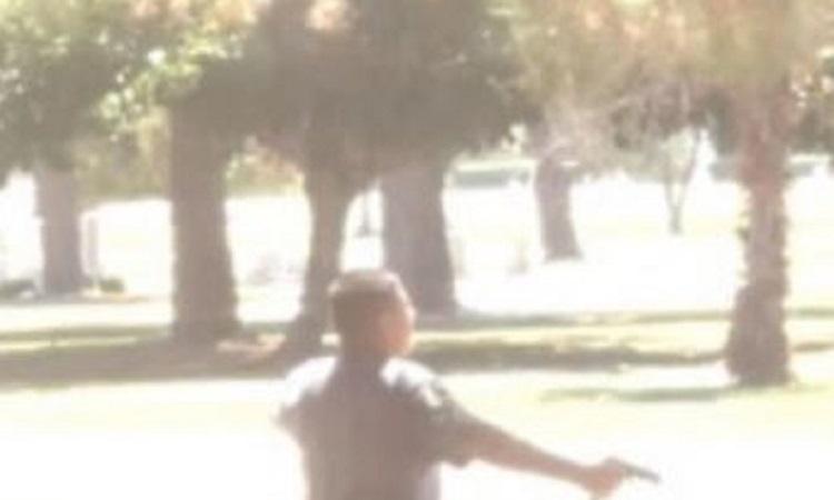 Thiếu niên 13 tuổi cầm súng đối đầu cảnh sát tại nghĩa trang thành phố San Bernardino, bang California, Mỹ hôm 5/8. Ảnh: Cảnh sát San Bernardino.
