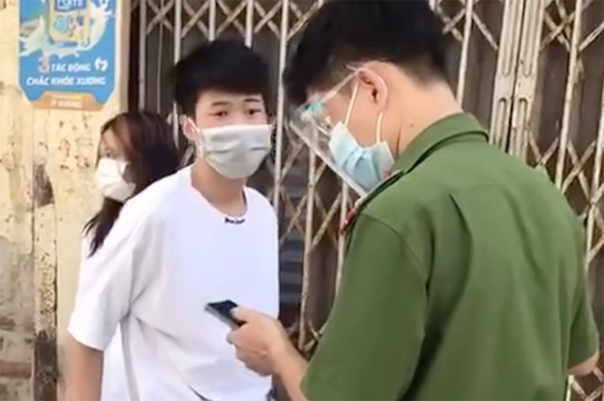 Nam thanh niên (áo trắng) xúc phạm công an. Ảnh: Cắt từ video.