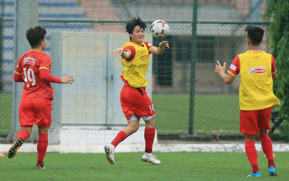 Tuấn Anh (giữa) tập cùng đội tuyển trên sân Trung tâm đào tạo bóng đá trẻ Việt Nam ở Mỹ Đình ngày 8/8.