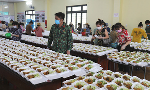 Tình nguyện nấu ăn cho hàng nghìn người cách ly