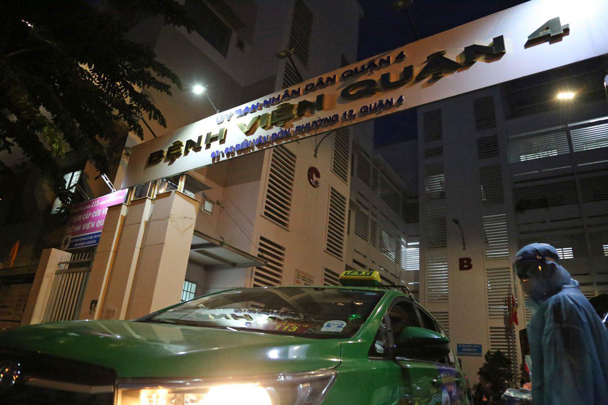 Xe chở F0 đi cấp cứu tại bệnh viện quận 4, tối 6/8. Ảnh: Đình Văn.