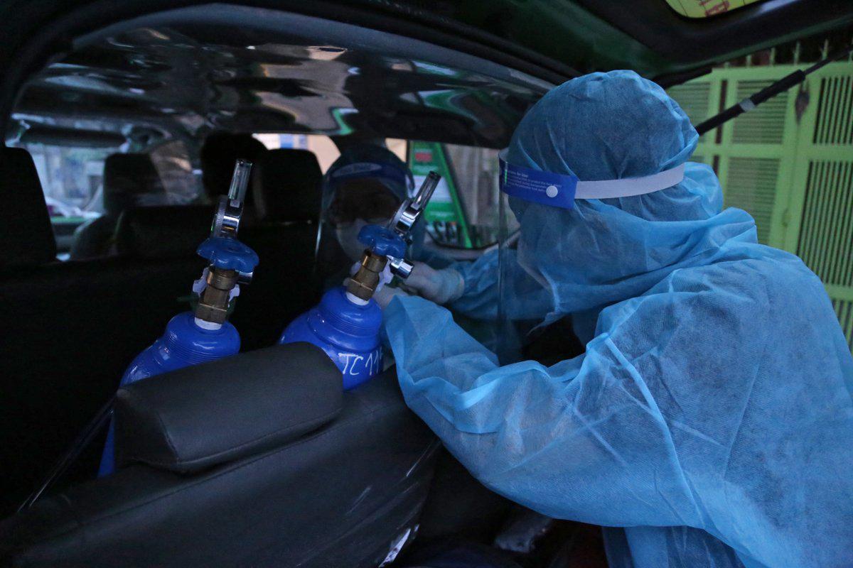 Trên xe được trang bị bình ôxy cho bệnh nhân. Ảnh: Đình Văn.