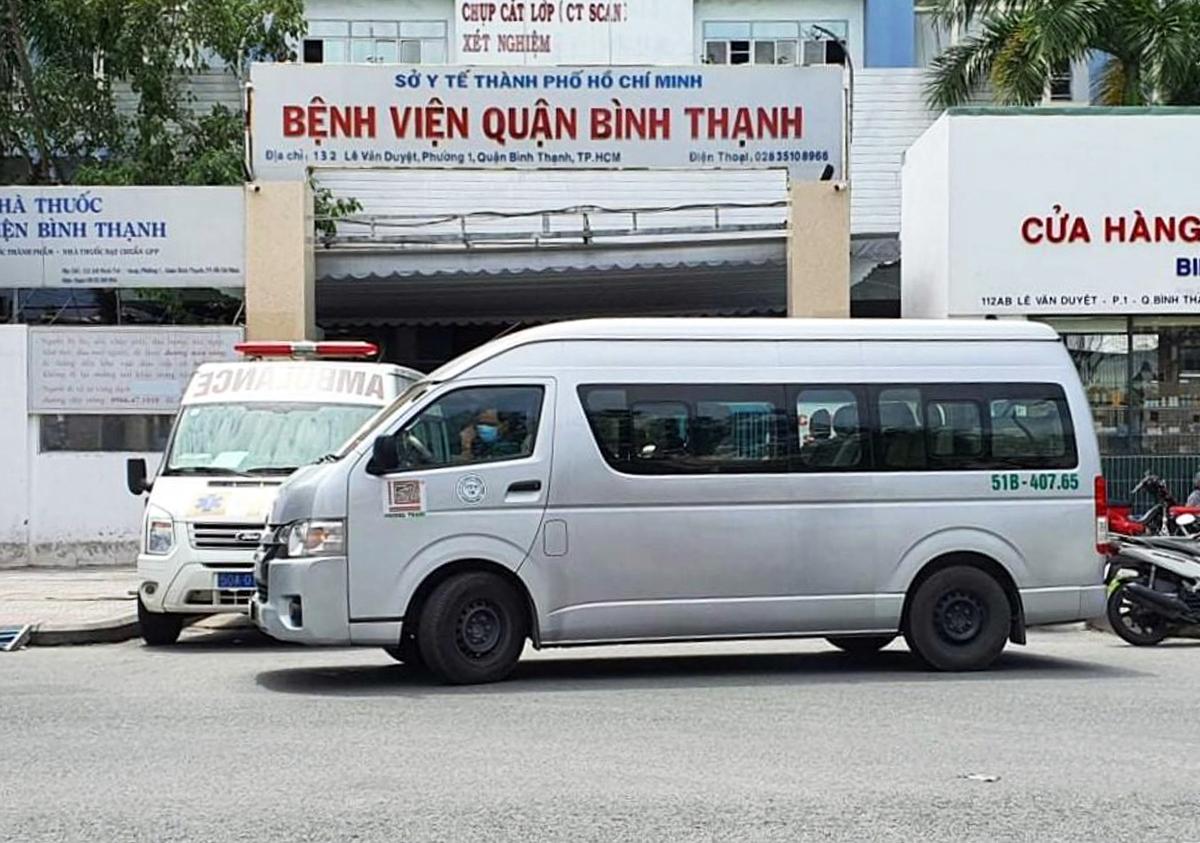 Ôtô 16 chỗ thuộc hãng xe Phương Trang được tăng cường hỗ trợ vận chuyển bệnh nhân Covid-19 hồi đầu tháng 8. Ảnh: Hạ Giang.