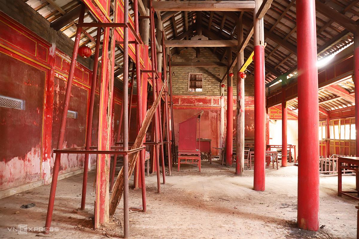 Các cấu kiện gỗ của di tích Thái Tổ miếu đã mục ruỗng. Ảnh: Võ Thạnh