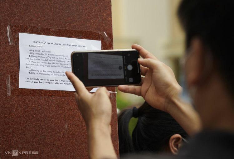 Hồ sơ xin cấp giấy giấy đi đường dán ngoài trụ sở phường Yên Hòa, quận Cầu Giấy yêu cầu có 5 loại giấy tờ kèm theo. Ảnh: Ngọc Thành