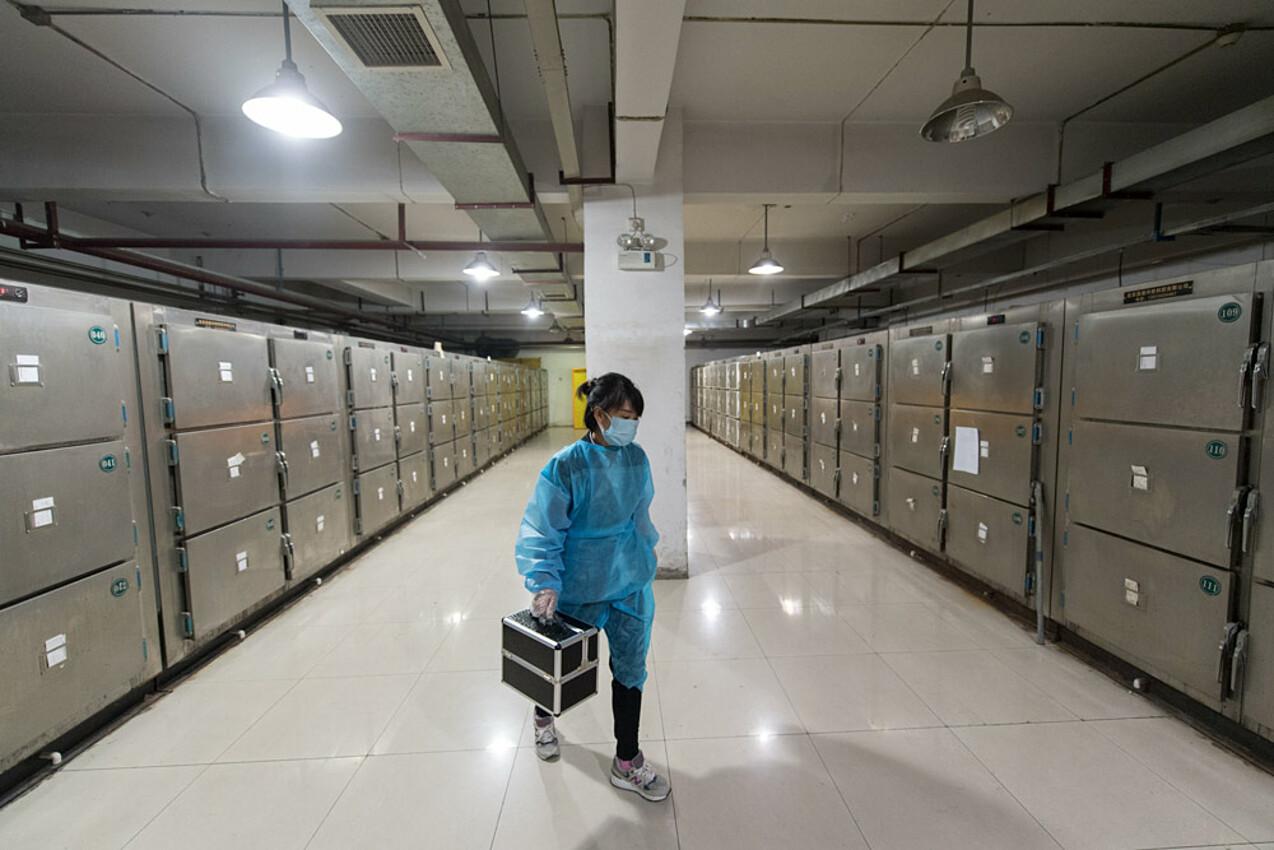 Một chuyên viên xử lý tử thi làm việc trong hầm trữ tử thi tại tỉnh Sơn Tây vào năm 2019. Ảnh: People Visual.