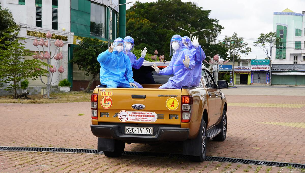 Nhóm 5 y, bác sĩ được đội xe đưa đến điểm lấy mẫu tại phường 2, TP Tân An. Ảnh: Hoàng Nam