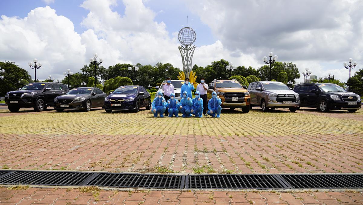 Các thành viên đội phản ứng nhanh bên những chiếc xe hỗ trợ phòng chống dịch sáng 9/8. Ảnh: Hoàng Nam