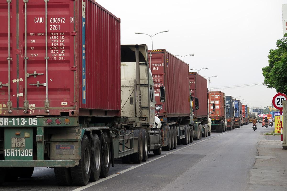 Từ ngày 6/8, chốt phụ kiểm soát đặt tại xã Nam Sơn, huyện An Dương hoạt động nhằm giảm tải cho chốt ga Dụ Nghĩa, ùn tắc giao thông đã được dịch chuyển về chốt phụ từ đó đến chiêu 9/8. Ảnh: Giang Chinh