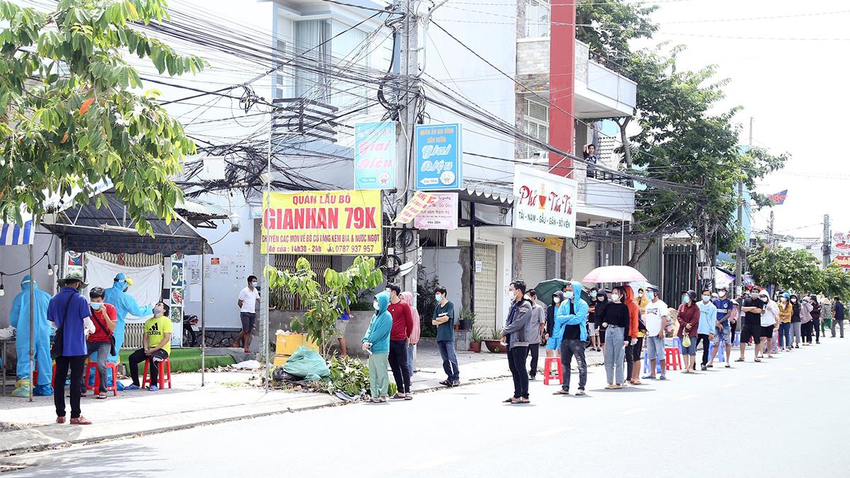 Người dân xếp hàng tại hẻm 51, đường 3 tháng 2, phường Hưng Lợi, quận Ninh Kiều chờ lấy mẫu xét nghiệm, ngày 9/8. Ảnh: Cửu Long