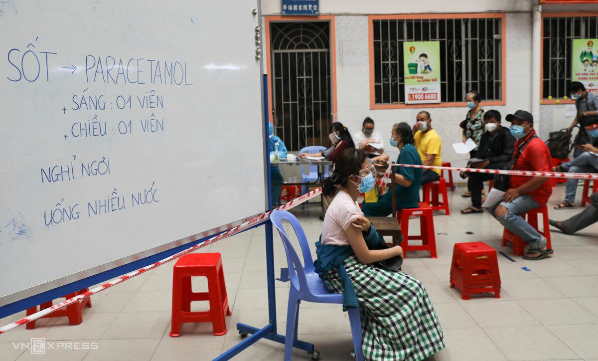 Người dân tiêm vaccine tại điểm tiêm Quận 11, TP HCM, hôm 2/8. Ảnh: Quỳnh Trần
