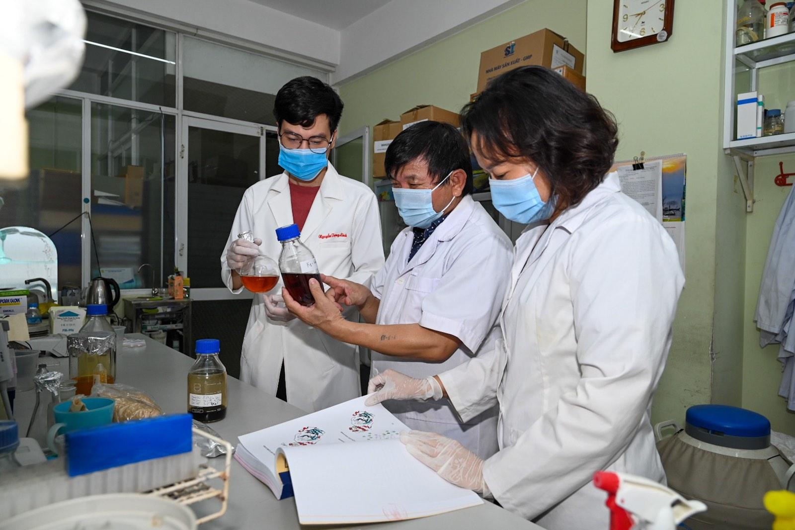 PGS.TS.NCVCC. Lê Quang Huấn (giữa) cùng các cộng sự nghiên cứu thuốc VIPDERVIR
