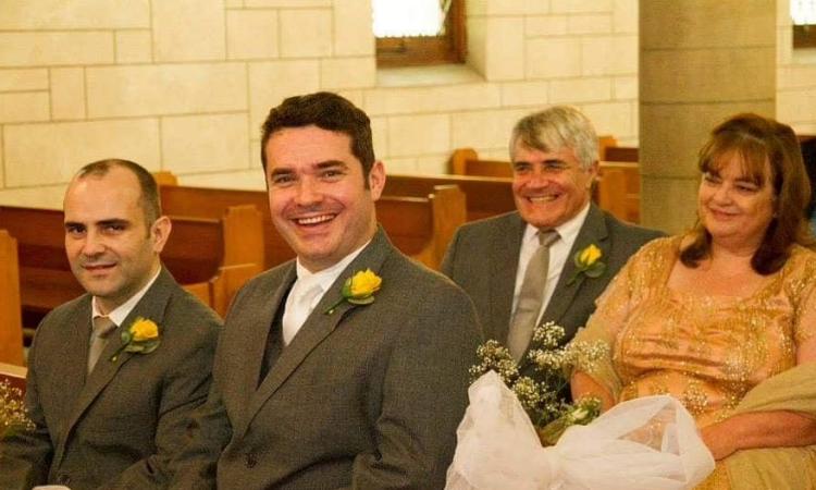 Francis Goncalves (hàng thứ nhất bên tay phải) chụp cùng cha mẹ và em trai. Ảnh: Media Wales.