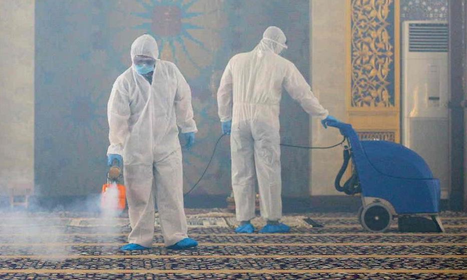 Nhân viên y tế phun khử khuẩn tại một thánh đường ở Brunei hồi tháng 3/2020. Ảnh: AFP.