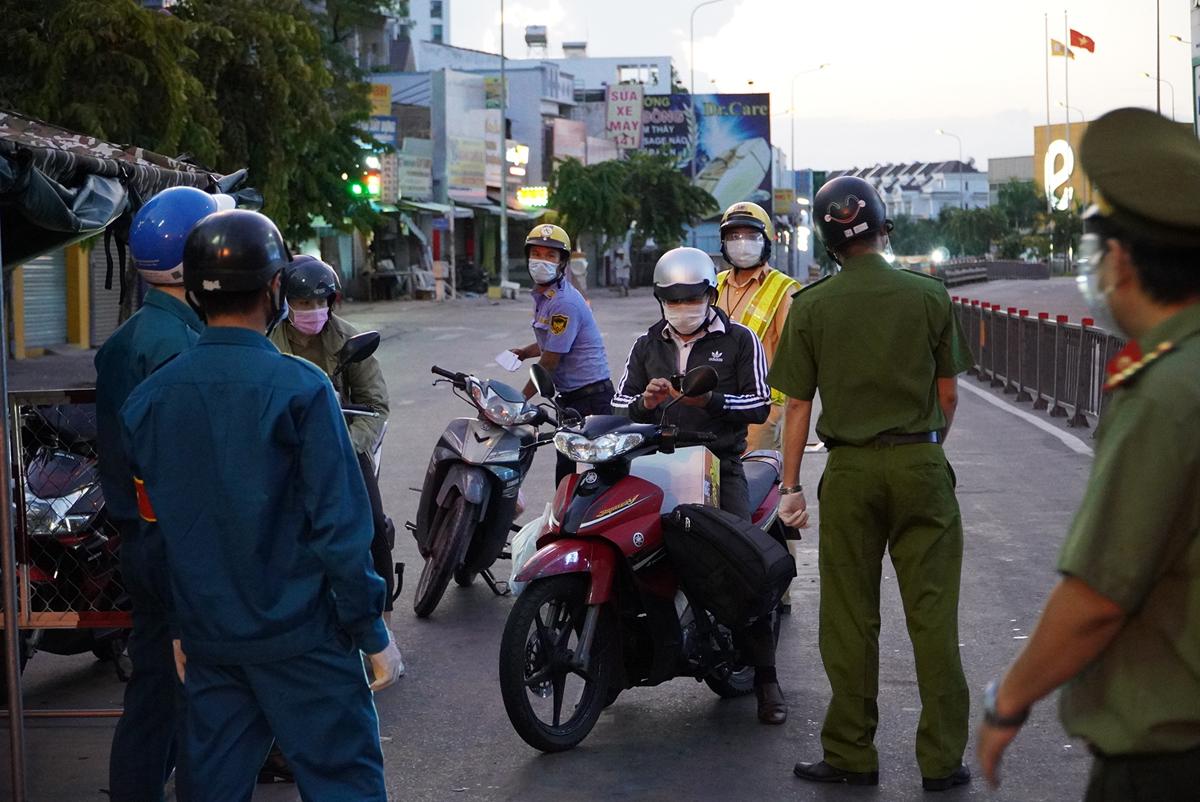 Lực lượng chức năng kiểm soát người qua chốt đường Phan Văn Trị, quận Gò Vấp, lúc hơn 18h chiều 26/7. Ảnh: Gia Minh.