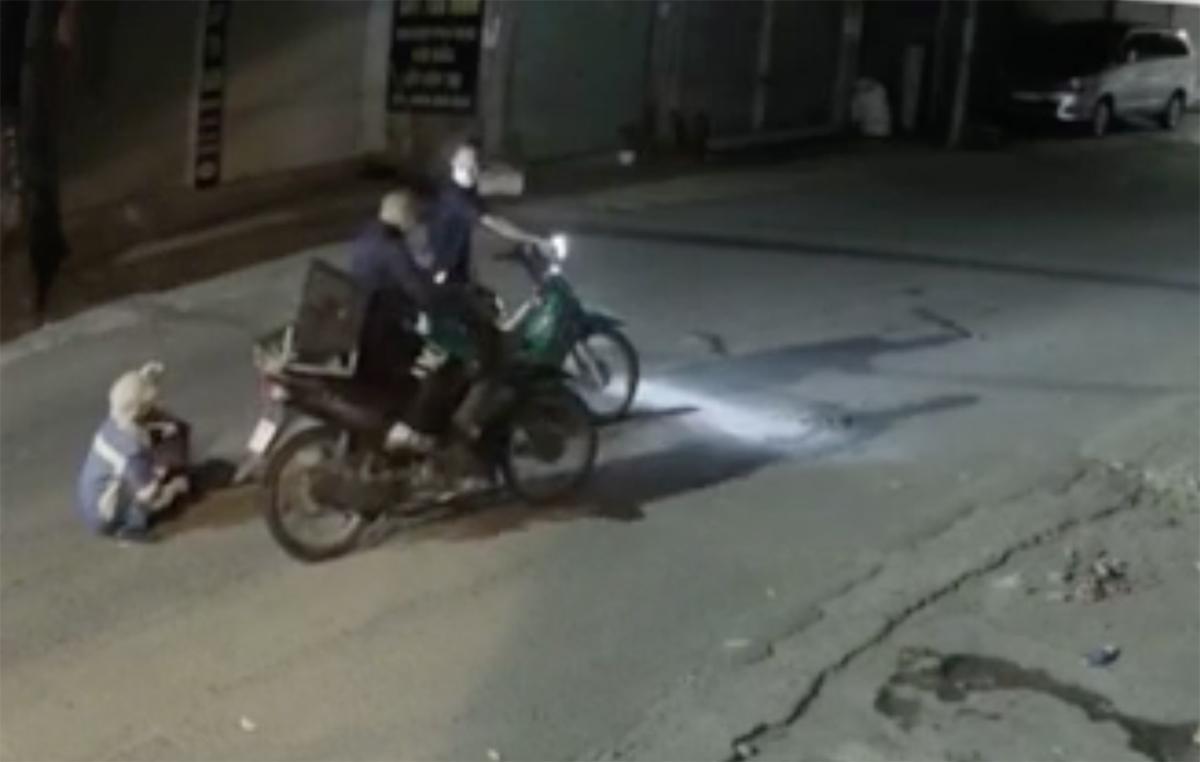Nhóm cướp gây án bị camera an ninh ghi lại. Ảnh:Cắt từ video.