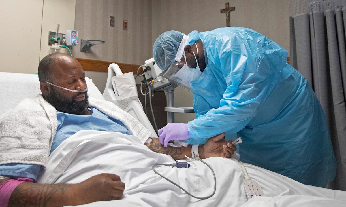 Một bệnh nhân Covid-19 điều trị tại bệnh viện ở thành phố Baton Rouge, bang Louisiana hôm 2/8. Ảnh: AP.