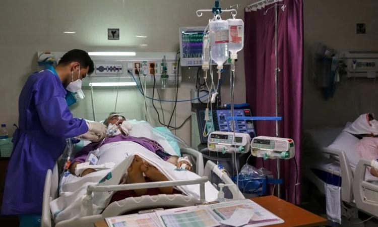Y tá chăm sóc cho bệnh nhân Covid-19 tại một bệnh viện ở thủ đô Tehran, Iran. Ảnh: Reuters.