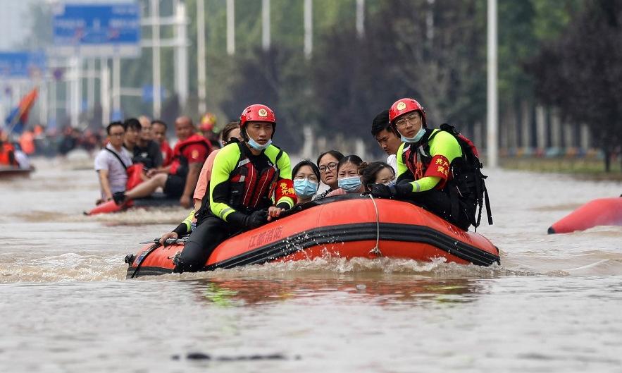 Lực lượng cứu hộ sơ tán người dân ở Trịnh Châu, Trung Quốc, trong trận lụt hồi cuối tháng 7. Ảnh: AFP.