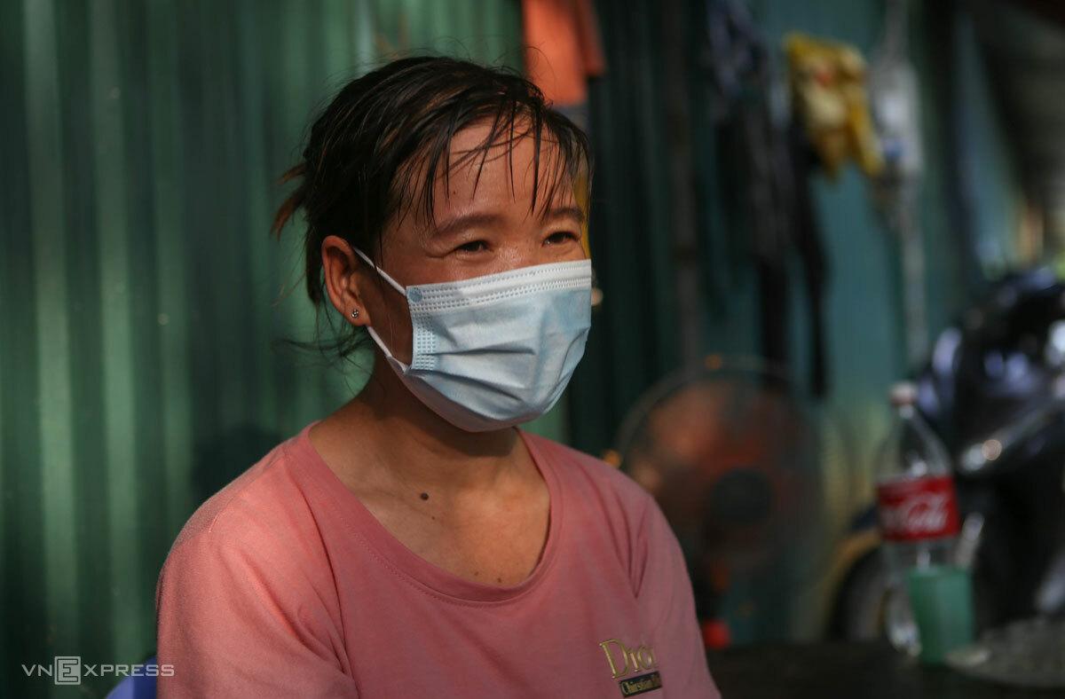 Chị Lương, quê Nghệ An, ra Hà Nội làm quét dọn trong các công trình xây dựng từ năm 2019. Ảnh: Hồng Chiêu