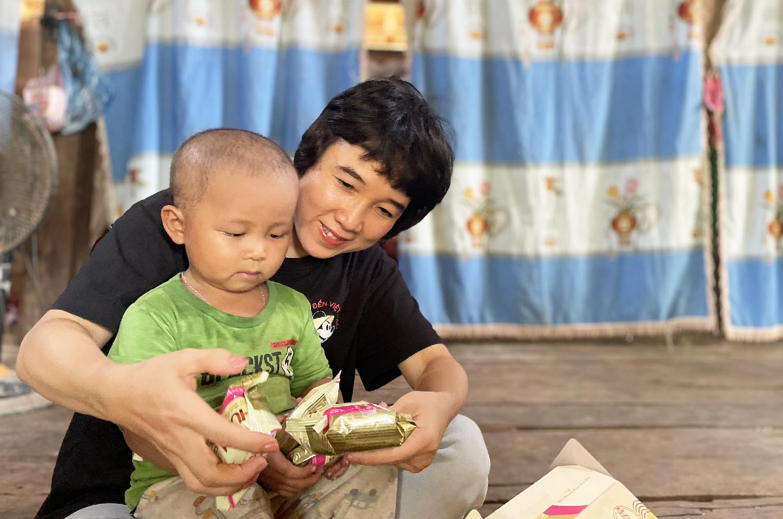 Đại diện Quỹ Hy vọng thăm gia đình bé Lò Bảo Huy ở Sơn La. Ảnh: Phan Dương.