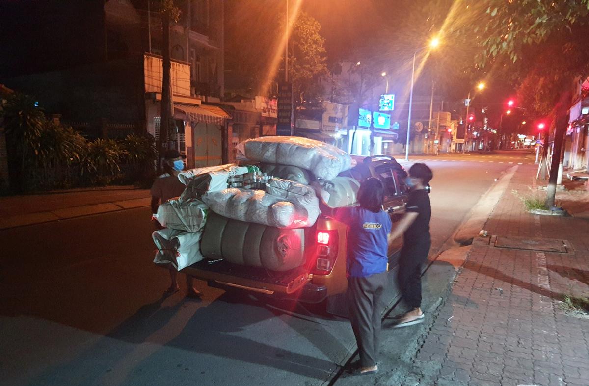 Xe bán của tài xế Hoàng Anh chở hàng nhu yếu phẩm đến khu cách ly tập trung tại TP Tân An tối 9/8. Ảnh: Hoàng Nam