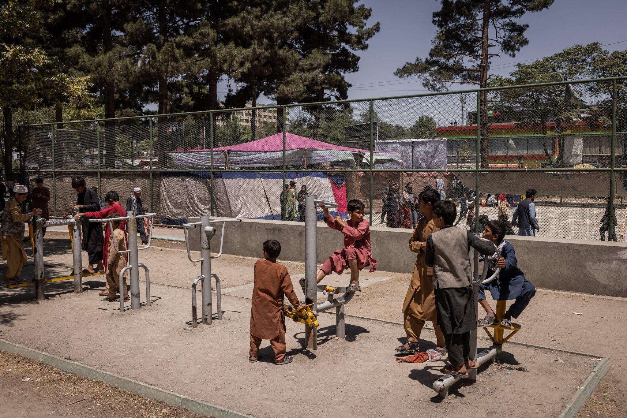 Trẻ em sơ tán khỏi miền bắc Afghanistan tại công viên ở thủ đô Kabul hôm 9/8. Ảnh: NY Times.