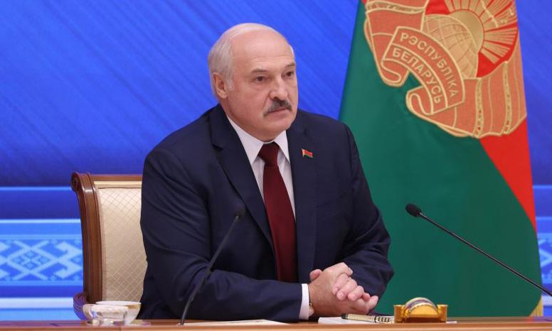 Tổng thống Belarus Alexander Lukashenko trong cuộc họp báo ở Minsk hôm 9/8. Ảnh: Reuters.
